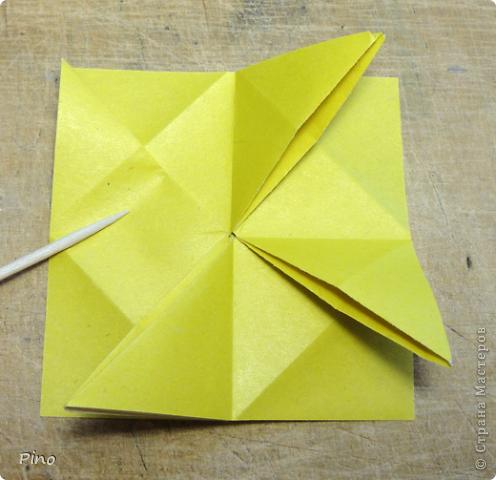 """Кусудама Триединство, а здесь есть схема - http://fikusudama.narod.ru/triedin.html  Ручки чесались на нее уже давно, но один вид схем расхолаживал. Запутывалась я на модуле А, и ни в какую. Со схемами у меня такое довольно часто, тогда приходится звонить брату (он оригами не занимается, но в детстве увлекался бумажным моделированием, а сейчас работает конструктором - не уверена, что именно это помогает ему находить нужные ответы ^_^"""", но факт остается фактом, обычно он помогает понять схему ^_^) с этим модулем мы мучились два вечера... Она состоит из 3 типов модулей. Все они делаются из квадратов одного размера. фото 11"""