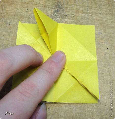 """Кусудама Триединство, а здесь есть схема - http://fikusudama.narod.ru/triedin.html  Ручки чесались на нее уже давно, но один вид схем расхолаживал. Запутывалась я на модуле А, и ни в какую. Со схемами у меня такое довольно часто, тогда приходится звонить брату (он оригами не занимается, но в детстве увлекался бумажным моделированием, а сейчас работает конструктором - не уверена, что именно это помогает ему находить нужные ответы ^_^"""", но факт остается фактом, обычно он помогает понять схему ^_^) с этим модулем мы мучились два вечера... Она состоит из 3 типов модулей. Все они делаются из квадратов одного размера. фото 12"""