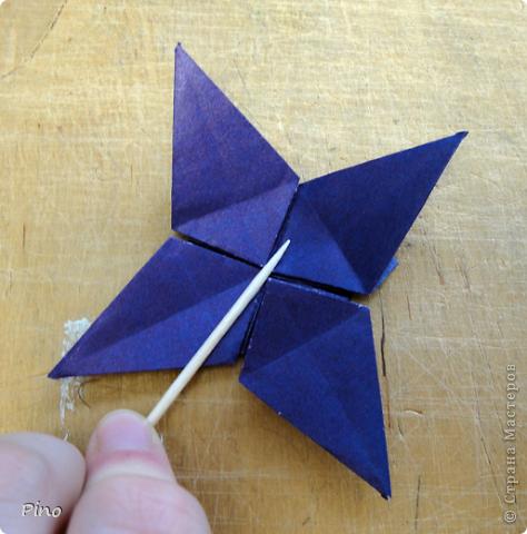 """Кусудама Триединство, а здесь есть схема - http://fikusudama.narod.ru/triedin.html  Ручки чесались на нее уже давно, но один вид схем расхолаживал. Запутывалась я на модуле А, и ни в какую. Со схемами у меня такое довольно часто, тогда приходится звонить брату (он оригами не занимается, но в детстве увлекался бумажным моделированием, а сейчас работает конструктором - не уверена, что именно это помогает ему находить нужные ответы ^_^"""", но факт остается фактом, обычно он помогает понять схему ^_^) с этим модулем мы мучились два вечера... Она состоит из 3 типов модулей. Все они делаются из квадратов одного размера. фото 37"""