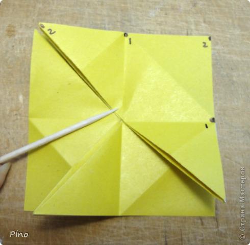 """Кусудама Триединство, а здесь есть схема - http://fikusudama.narod.ru/triedin.html  Ручки чесались на нее уже давно, но один вид схем расхолаживал. Запутывалась я на модуле А, и ни в какую. Со схемами у меня такое довольно часто, тогда приходится звонить брату (он оригами не занимается, но в детстве увлекался бумажным моделированием, а сейчас работает конструктором - не уверена, что именно это помогает ему находить нужные ответы ^_^"""", но факт остается фактом, обычно он помогает понять схему ^_^) с этим модулем мы мучились два вечера... Она состоит из 3 типов модулей. Все они делаются из квадратов одного размера. фото 13"""