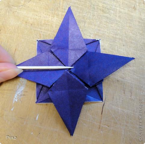 """Кусудама Триединство, а здесь есть схема - http://fikusudama.narod.ru/triedin.html  Ручки чесались на нее уже давно, но один вид схем расхолаживал. Запутывалась я на модуле А, и ни в какую. Со схемами у меня такое довольно часто, тогда приходится звонить брату (он оригами не занимается, но в детстве увлекался бумажным моделированием, а сейчас работает конструктором - не уверена, что именно это помогает ему находить нужные ответы ^_^"""", но факт остается фактом, обычно он помогает понять схему ^_^) с этим модулем мы мучились два вечера... Она состоит из 3 типов модулей. Все они делаются из квадратов одного размера. фото 38"""