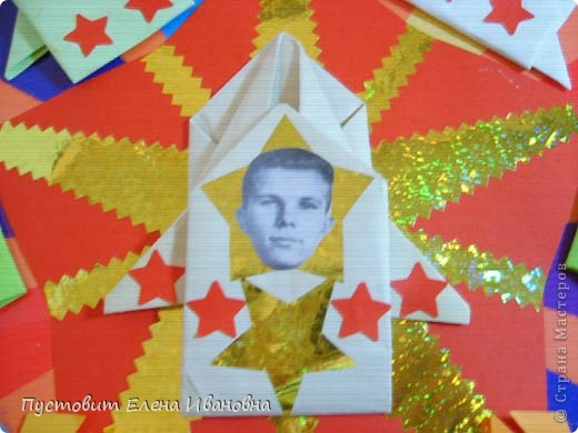 50 лет назад в нашей великой стране произошло великое событие – наш соотечественник Юрий Гагарин облетел на космическом корабле-спутнике нашу прекрасную планету ! Этому событию мы посвятили эти две свои работы. Общий вид первой композиции.  фото 4