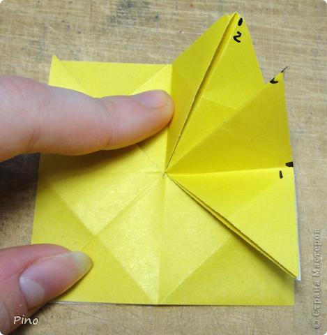 """Кусудама Триединство, а здесь есть схема - http://fikusudama.narod.ru/triedin.html  Ручки чесались на нее уже давно, но один вид схем расхолаживал. Запутывалась я на модуле А, и ни в какую. Со схемами у меня такое довольно часто, тогда приходится звонить брату (он оригами не занимается, но в детстве увлекался бумажным моделированием, а сейчас работает конструктором - не уверена, что именно это помогает ему находить нужные ответы ^_^"""", но факт остается фактом, обычно он помогает понять схему ^_^) с этим модулем мы мучились два вечера... Она состоит из 3 типов модулей. Все они делаются из квадратов одного размера. фото 14"""