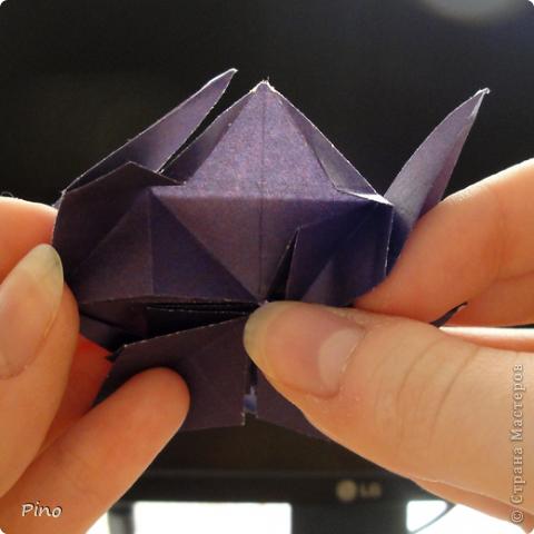 """Кусудама Триединство, а здесь есть схема - http://fikusudama.narod.ru/triedin.html  Ручки чесались на нее уже давно, но один вид схем расхолаживал. Запутывалась я на модуле А, и ни в какую. Со схемами у меня такое довольно часто, тогда приходится звонить брату (он оригами не занимается, но в детстве увлекался бумажным моделированием, а сейчас работает конструктором - не уверена, что именно это помогает ему находить нужные ответы ^_^"""", но факт остается фактом, обычно он помогает понять схему ^_^) с этим модулем мы мучились два вечера... Она состоит из 3 типов модулей. Все они делаются из квадратов одного размера. фото 39"""