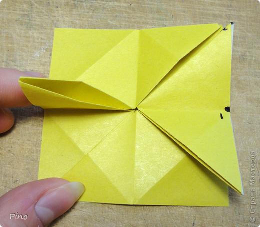 """Кусудама Триединство, а здесь есть схема - http://fikusudama.narod.ru/triedin.html  Ручки чесались на нее уже давно, но один вид схем расхолаживал. Запутывалась я на модуле А, и ни в какую. Со схемами у меня такое довольно часто, тогда приходится звонить брату (он оригами не занимается, но в детстве увлекался бумажным моделированием, а сейчас работает конструктором - не уверена, что именно это помогает ему находить нужные ответы ^_^"""", но факт остается фактом, обычно он помогает понять схему ^_^) с этим модулем мы мучились два вечера... Она состоит из 3 типов модулей. Все они делаются из квадратов одного размера. фото 15"""