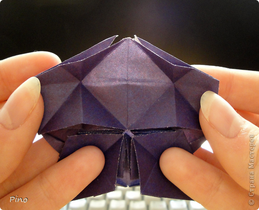 """Кусудама Триединство, а здесь есть схема - http://fikusudama.narod.ru/triedin.html  Ручки чесались на нее уже давно, но один вид схем расхолаживал. Запутывалась я на модуле А, и ни в какую. Со схемами у меня такое довольно часто, тогда приходится звонить брату (он оригами не занимается, но в детстве увлекался бумажным моделированием, а сейчас работает конструктором - не уверена, что именно это помогает ему находить нужные ответы ^_^"""", но факт остается фактом, обычно он помогает понять схему ^_^) с этим модулем мы мучились два вечера... Она состоит из 3 типов модулей. Все они делаются из квадратов одного размера. фото 40"""