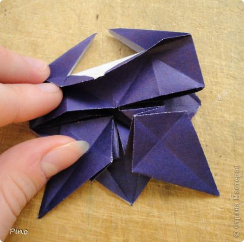 """Кусудама Триединство, а здесь есть схема - http://fikusudama.narod.ru/triedin.html  Ручки чесались на нее уже давно, но один вид схем расхолаживал. Запутывалась я на модуле А, и ни в какую. Со схемами у меня такое довольно часто, тогда приходится звонить брату (он оригами не занимается, но в детстве увлекался бумажным моделированием, а сейчас работает конструктором - не уверена, что именно это помогает ему находить нужные ответы ^_^"""", но факт остается фактом, обычно он помогает понять схему ^_^) с этим модулем мы мучились два вечера... Она состоит из 3 типов модулей. Все они делаются из квадратов одного размера. фото 41"""