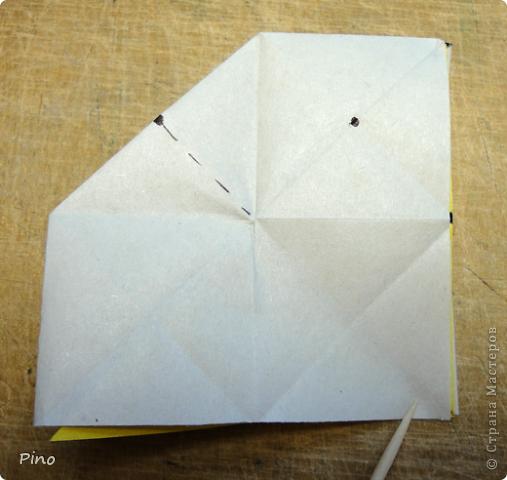 """Кусудама Триединство, а здесь есть схема - http://fikusudama.narod.ru/triedin.html  Ручки чесались на нее уже давно, но один вид схем расхолаживал. Запутывалась я на модуле А, и ни в какую. Со схемами у меня такое довольно часто, тогда приходится звонить брату (он оригами не занимается, но в детстве увлекался бумажным моделированием, а сейчас работает конструктором - не уверена, что именно это помогает ему находить нужные ответы ^_^"""", но факт остается фактом, обычно он помогает понять схему ^_^) с этим модулем мы мучились два вечера... Она состоит из 3 типов модулей. Все они делаются из квадратов одного размера. фото 17"""