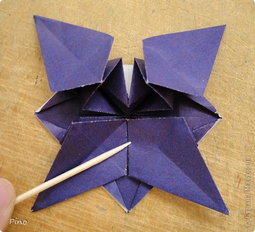 """Кусудама Триединство, а здесь есть схема - http://fikusudama.narod.ru/triedin.html  Ручки чесались на нее уже давно, но один вид схем расхолаживал. Запутывалась я на модуле А, и ни в какую. Со схемами у меня такое довольно часто, тогда приходится звонить брату (он оригами не занимается, но в детстве увлекался бумажным моделированием, а сейчас работает конструктором - не уверена, что именно это помогает ему находить нужные ответы ^_^"""", но факт остается фактом, обычно он помогает понять схему ^_^) с этим модулем мы мучились два вечера... Она состоит из 3 типов модулей. Все они делаются из квадратов одного размера. фото 44"""