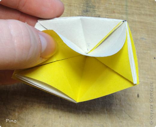 """Кусудама Триединство, а здесь есть схема - http://fikusudama.narod.ru/triedin.html  Ручки чесались на нее уже давно, но один вид схем расхолаживал. Запутывалась я на модуле А, и ни в какую. Со схемами у меня такое довольно часто, тогда приходится звонить брату (он оригами не занимается, но в детстве увлекался бумажным моделированием, а сейчас работает конструктором - не уверена, что именно это помогает ему находить нужные ответы ^_^"""", но факт остается фактом, обычно он помогает понять схему ^_^) с этим модулем мы мучились два вечера... Она состоит из 3 типов модулей. Все они делаются из квадратов одного размера. фото 20"""