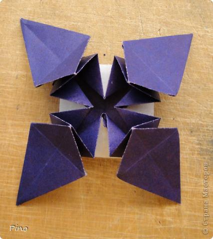 """Кусудама Триединство, а здесь есть схема - http://fikusudama.narod.ru/triedin.html  Ручки чесались на нее уже давно, но один вид схем расхолаживал. Запутывалась я на модуле А, и ни в какую. Со схемами у меня такое довольно часто, тогда приходится звонить брату (он оригами не занимается, но в детстве увлекался бумажным моделированием, а сейчас работает конструктором - не уверена, что именно это помогает ему находить нужные ответы ^_^"""", но факт остается фактом, обычно он помогает понять схему ^_^) с этим модулем мы мучились два вечера... Она состоит из 3 типов модулей. Все они делаются из квадратов одного размера. фото 45"""
