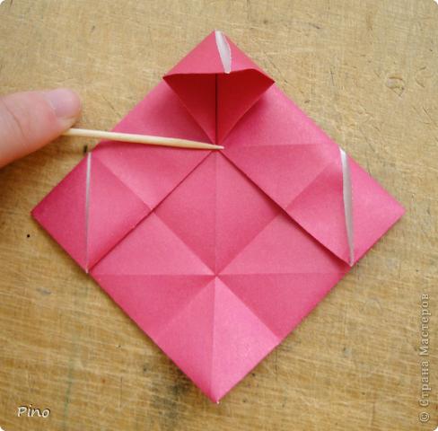 """Кусудама Триединство, а здесь есть схема - http://fikusudama.narod.ru/triedin.html  Ручки чесались на нее уже давно, но один вид схем расхолаживал. Запутывалась я на модуле А, и ни в какую. Со схемами у меня такое довольно часто, тогда приходится звонить брату (он оригами не занимается, но в детстве увлекался бумажным моделированием, а сейчас работает конструктором - не уверена, что именно это помогает ему находить нужные ответы ^_^"""", но факт остается фактом, обычно он помогает понять схему ^_^) с этим модулем мы мучились два вечера... Она состоит из 3 типов модулей. Все они делаются из квадратов одного размера. фото 25"""
