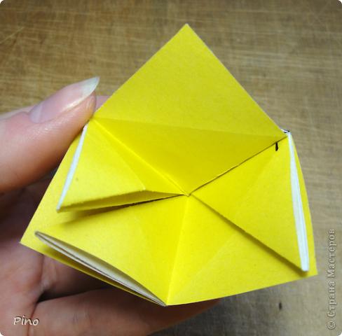 """Кусудама Триединство, а здесь есть схема - http://fikusudama.narod.ru/triedin.html  Ручки чесались на нее уже давно, но один вид схем расхолаживал. Запутывалась я на модуле А, и ни в какую. Со схемами у меня такое довольно часто, тогда приходится звонить брату (он оригами не занимается, но в детстве увлекался бумажным моделированием, а сейчас работает конструктором - не уверена, что именно это помогает ему находить нужные ответы ^_^"""", но факт остается фактом, обычно он помогает понять схему ^_^) с этим модулем мы мучились два вечера... Она состоит из 3 типов модулей. Все они делаются из квадратов одного размера. фото 21"""