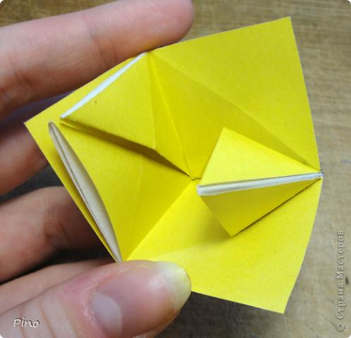 """Кусудама Триединство, а здесь есть схема - http://fikusudama.narod.ru/triedin.html  Ручки чесались на нее уже давно, но один вид схем расхолаживал. Запутывалась я на модуле А, и ни в какую. Со схемами у меня такое довольно часто, тогда приходится звонить брату (он оригами не занимается, но в детстве увлекался бумажным моделированием, а сейчас работает конструктором - не уверена, что именно это помогает ему находить нужные ответы ^_^"""", но факт остается фактом, обычно он помогает понять схему ^_^) с этим модулем мы мучились два вечера... Она состоит из 3 типов модулей. Все они делаются из квадратов одного размера. фото 22"""