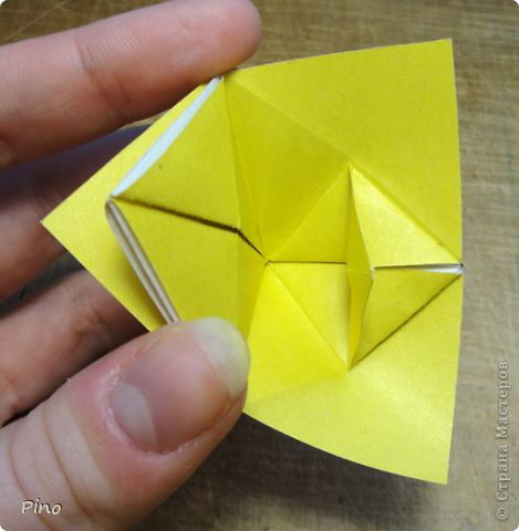 """Кусудама Триединство, а здесь есть схема - http://fikusudama.narod.ru/triedin.html  Ручки чесались на нее уже давно, но один вид схем расхолаживал. Запутывалась я на модуле А, и ни в какую. Со схемами у меня такое довольно часто, тогда приходится звонить брату (он оригами не занимается, но в детстве увлекался бумажным моделированием, а сейчас работает конструктором - не уверена, что именно это помогает ему находить нужные ответы ^_^"""", но факт остается фактом, обычно он помогает понять схему ^_^) с этим модулем мы мучились два вечера... Она состоит из 3 типов модулей. Все они делаются из квадратов одного размера. фото 23"""
