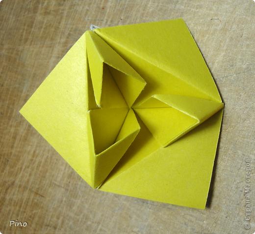 """Кусудама Триединство, а здесь есть схема - http://fikusudama.narod.ru/triedin.html  Ручки чесались на нее уже давно, но один вид схем расхолаживал. Запутывалась я на модуле А, и ни в какую. Со схемами у меня такое довольно часто, тогда приходится звонить брату (он оригами не занимается, но в детстве увлекался бумажным моделированием, а сейчас работает конструктором - не уверена, что именно это помогает ему находить нужные ответы ^_^"""", но факт остается фактом, обычно он помогает понять схему ^_^) с этим модулем мы мучились два вечера... Она состоит из 3 типов модулей. Все они делаются из квадратов одного размера. фото 24"""