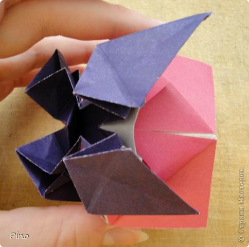 """Кусудама Триединство, а здесь есть схема - http://fikusudama.narod.ru/triedin.html  Ручки чесались на нее уже давно, но один вид схем расхолаживал. Запутывалась я на модуле А, и ни в какую. Со схемами у меня такое довольно часто, тогда приходится звонить брату (он оригами не занимается, но в детстве увлекался бумажным моделированием, а сейчас работает конструктором - не уверена, что именно это помогает ему находить нужные ответы ^_^"""", но факт остается фактом, обычно он помогает понять схему ^_^) с этим модулем мы мучились два вечера... Она состоит из 3 типов модулей. Все они делаются из квадратов одного размера. фото 47"""