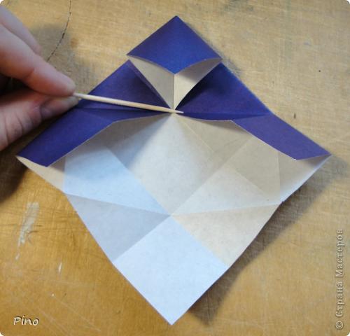 """Кусудама Триединство, а здесь есть схема - http://fikusudama.narod.ru/triedin.html  Ручки чесались на нее уже давно, но один вид схем расхолаживал. Запутывалась я на модуле А, и ни в какую. Со схемами у меня такое довольно часто, тогда приходится звонить брату (он оригами не занимается, но в детстве увлекался бумажным моделированием, а сейчас работает конструктором - не уверена, что именно это помогает ему находить нужные ответы ^_^"""", но факт остается фактом, обычно он помогает понять схему ^_^) с этим модулем мы мучились два вечера... Она состоит из 3 типов модулей. Все они делаются из квадратов одного размера. фото 30"""