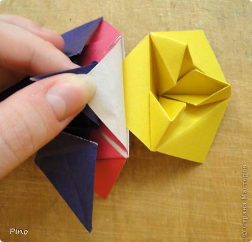 """Кусудама Триединство, а здесь есть схема - http://fikusudama.narod.ru/triedin.html  Ручки чесались на нее уже давно, но один вид схем расхолаживал. Запутывалась я на модуле А, и ни в какую. Со схемами у меня такое довольно часто, тогда приходится звонить брату (он оригами не занимается, но в детстве увлекался бумажным моделированием, а сейчас работает конструктором - не уверена, что именно это помогает ему находить нужные ответы ^_^"""", но факт остается фактом, обычно он помогает понять схему ^_^) с этим модулем мы мучились два вечера... Она состоит из 3 типов модулей. Все они делаются из квадратов одного размера. фото 49"""