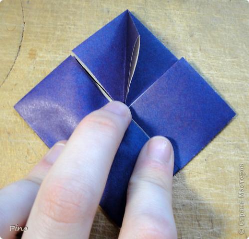 """Кусудама Триединство, а здесь есть схема - http://fikusudama.narod.ru/triedin.html  Ручки чесались на нее уже давно, но один вид схем расхолаживал. Запутывалась я на модуле А, и ни в какую. Со схемами у меня такое довольно часто, тогда приходится звонить брату (он оригами не занимается, но в детстве увлекался бумажным моделированием, а сейчас работает конструктором - не уверена, что именно это помогает ему находить нужные ответы ^_^"""", но факт остается фактом, обычно он помогает понять схему ^_^) с этим модулем мы мучились два вечера... Она состоит из 3 типов модулей. Все они делаются из квадратов одного размера. фото 31"""