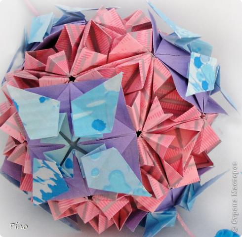 """Кусудама Триединство, а здесь есть схема - http://fikusudama.narod.ru/triedin.html  Ручки чесались на нее уже давно, но один вид схем расхолаживал. Запутывалась я на модуле А, и ни в какую. Со схемами у меня такое довольно часто, тогда приходится звонить брату (он оригами не занимается, но в детстве увлекался бумажным моделированием, а сейчас работает конструктором - не уверена, что именно это помогает ему находить нужные ответы ^_^"""", но факт остается фактом, обычно он помогает понять схему ^_^) с этим модулем мы мучились два вечера... Она состоит из 3 типов модулей. Все они делаются из квадратов одного размера. фото 50"""
