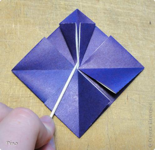 """Кусудама Триединство, а здесь есть схема - http://fikusudama.narod.ru/triedin.html  Ручки чесались на нее уже давно, но один вид схем расхолаживал. Запутывалась я на модуле А, и ни в какую. Со схемами у меня такое довольно часто, тогда приходится звонить брату (он оригами не занимается, но в детстве увлекался бумажным моделированием, а сейчас работает конструктором - не уверена, что именно это помогает ему находить нужные ответы ^_^"""", но факт остается фактом, обычно он помогает понять схему ^_^) с этим модулем мы мучились два вечера... Она состоит из 3 типов модулей. Все они делаются из квадратов одного размера. фото 32"""