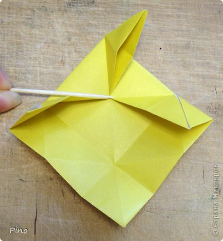"""Кусудама Триединство, а здесь есть схема - http://fikusudama.narod.ru/triedin.html  Ручки чесались на нее уже давно, но один вид схем расхолаживал. Запутывалась я на модуле А, и ни в какую. Со схемами у меня такое довольно часто, тогда приходится звонить брату (он оригами не занимается, но в детстве увлекался бумажным моделированием, а сейчас работает конструктором - не уверена, что именно это помогает ему находить нужные ответы ^_^"""", но факт остается фактом, обычно он помогает понять схему ^_^) с этим модулем мы мучились два вечера... Она состоит из 3 типов модулей. Все они делаются из квадратов одного размера. фото 8"""