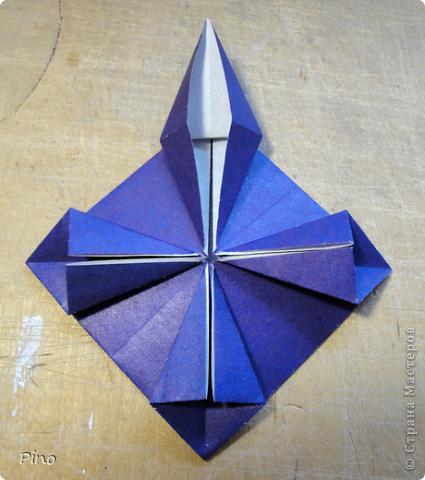"""Кусудама Триединство, а здесь есть схема - http://fikusudama.narod.ru/triedin.html  Ручки чесались на нее уже давно, но один вид схем расхолаживал. Запутывалась я на модуле А, и ни в какую. Со схемами у меня такое довольно часто, тогда приходится звонить брату (он оригами не занимается, но в детстве увлекался бумажным моделированием, а сейчас работает конструктором - не уверена, что именно это помогает ему находить нужные ответы ^_^"""", но факт остается фактом, обычно он помогает понять схему ^_^) с этим модулем мы мучились два вечера... Она состоит из 3 типов модулей. Все они делаются из квадратов одного размера. фото 33"""