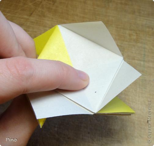 """Кусудама Триединство, а здесь есть схема - http://fikusudama.narod.ru/triedin.html  Ручки чесались на нее уже давно, но один вид схем расхолаживал. Запутывалась я на модуле А, и ни в какую. Со схемами у меня такое довольно часто, тогда приходится звонить брату (он оригами не занимается, но в детстве увлекался бумажным моделированием, а сейчас работает конструктором - не уверена, что именно это помогает ему находить нужные ответы ^_^"""", но факт остается фактом, обычно он помогает понять схему ^_^) с этим модулем мы мучились два вечера... Она состоит из 3 типов модулей. Все они делаются из квадратов одного размера. фото 10"""
