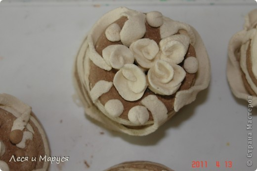 С девочками 8-9 лет из солёного теста приготовили пироженки кофейные. Стаканчиком выдавили круглую форму.Девочкам очень понравилось. фото 3