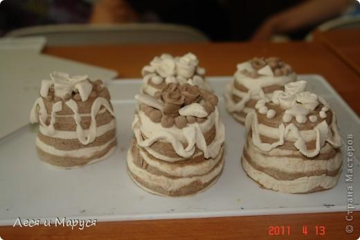 С девочками 8-9 лет из солёного теста приготовили пироженки кофейные. Стаканчиком выдавили круглую форму.Девочкам очень понравилось. фото 2