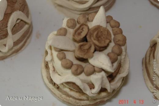 С девочками 8-9 лет из солёного теста приготовили пироженки кофейные. Стаканчиком выдавили круглую форму.Девочкам очень понравилось. фото 5