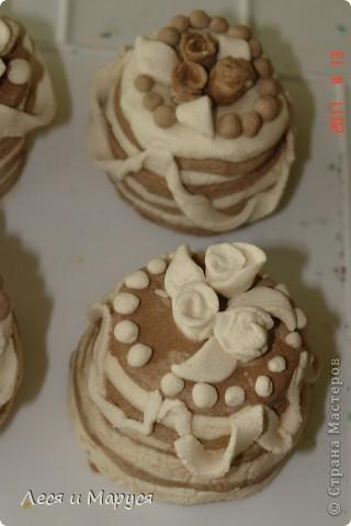 С девочками 8-9 лет из солёного теста приготовили пироженки кофейные. Стаканчиком выдавили круглую форму.Девочкам очень понравилось. фото 4