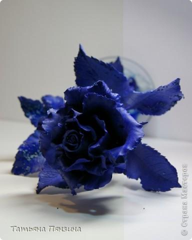Эта работа сделана из глины DECO, подставка стекло и  стеклянные камушки. Давно роза стояла, ждала своего оформления и вот, что получилось.  фото 4