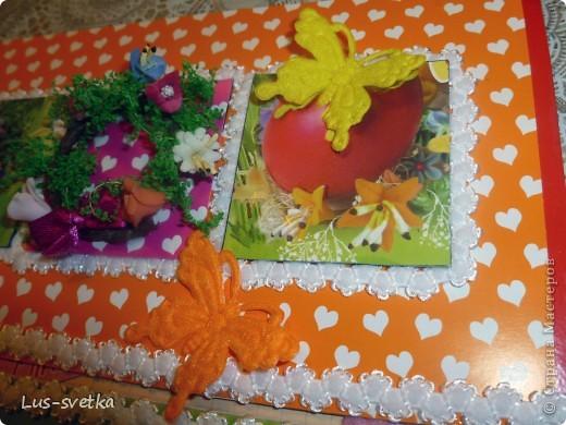 С прошлого года осталась коробка пасхального набора для декорирования яиц, заглянула в нее, а там бабочки и веночек. Коробочку порезала, веночек  расправила, цветочки из пластики, зеленые прутики очень хрупкие, почти все осыпалось, аккуратненько приклеила. Бабочки красавицы вестницы тепла пусть украшают открыточку. Пока делала открыточку, получила массу удовольствия! Спасибо, Лена,  за игру! фото 5