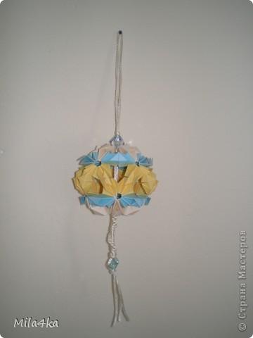 """Увидев однажды волшебные шары, созданные из бумаги - руки сами потянулись, чтоб попробовать создать такие же :) Кусудамки делаю только те, которые не требуют склеивания. Клеевые тоже пробовала - они не так изящны. Хотя по секрету -в итоге стала и эти подклеивать - для крепости и покрывать лаком в спрее - для долговечности. Вот мои сладкие! Мастер классы решила не делать - на сайте они уже есть, но ссылочки обозначу!  Моя первая кусудамка """"Острун""""- простая и милая - многие с нее начинают :) фото 5"""