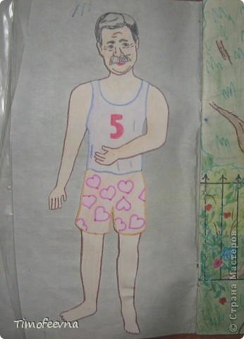 Приветствую всех гостей!! Хочу вам показать домик для бумажной куклы, который я делала, когда мне было 12 лет. Приятно, что он сохранился, потом подарю его своей доче :) Почему то фото получились тёмные :( То ли дело в бумаге, то ли это фотоаппарату скоро кирдык. Домик сделан из простой тетради в клеточку. На двери номер - 12. Это в честь моего возраста, видимо :) В почтовом ящике прорезь для газет и писем. фото 25