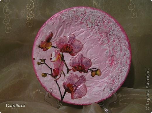 Всем здравствуйте!!! Тарелочка с прямым декупажем, рельеф поверхности делала акриловой пастой, объем цветов - с помощью белого герметика.  фото 1
