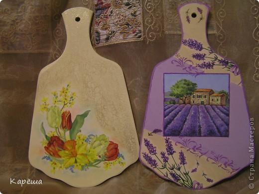 Всем здравствуйте!!! Тарелочка с прямым декупажем, рельеф поверхности делала акриловой пастой, объем цветов - с помощью белого герметика.  фото 3