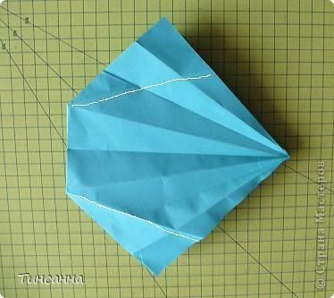 Схему вазочки нашла в книге Валентины Гончар.  Процесс складывания долгий, много вспомогательных сгибов.  Из квадрата со стороной 30см получится ваза высотой10см, из квадрата, сделанного из стандартного листа А4 – высота вазы 7,5см.  фото 16