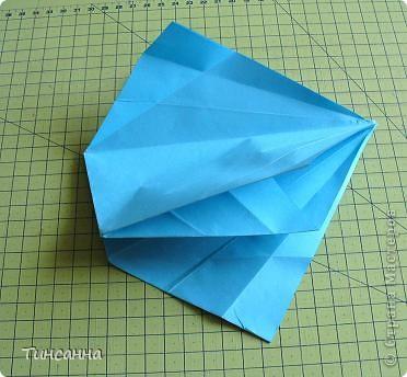 Схему вазочки нашла в книге Валентины Гончар.  Процесс складывания долгий, много вспомогательных сгибов.  Из квадрата со стороной 30см получится ваза высотой10см, из квадрата, сделанного из стандартного листа А4 – высота вазы 7,5см.  фото 17