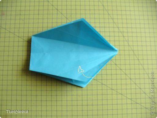 Схему вазочки нашла в книге Валентины Гончар.  Процесс складывания долгий, много вспомогательных сгибов.  Из квадрата со стороной 30см получится ваза высотой10см, из квадрата, сделанного из стандартного листа А4 – высота вазы 7,5см.  фото 18