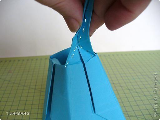 Схему вазочки нашла в книге Валентины Гончар.  Процесс складывания долгий, много вспомогательных сгибов.  Из квадрата со стороной 30см получится ваза высотой10см, из квадрата, сделанного из стандартного листа А4 – высота вазы 7,5см.  фото 27