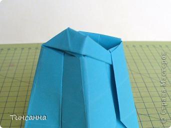 Схему вазочки нашла в книге Валентины Гончар.  Процесс складывания долгий, много вспомогательных сгибов.  Из квадрата со стороной 30см получится ваза высотой10см, из квадрата, сделанного из стандартного листа А4 – высота вазы 7,5см.  фото 29