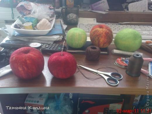 Яблоки сваляны из шерсти в натуральный размер. фото 2