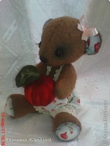 Мишка-малышка с яблоком