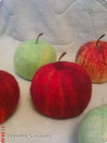 Яблоки сваляны из шерсти в натуральный размер.