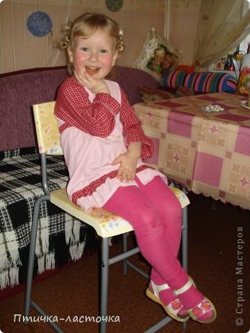 Купили обычный высокий (барный) стул из чёрного пластика....скучный такой... не удержалась - украсила декупажем.... фото 9