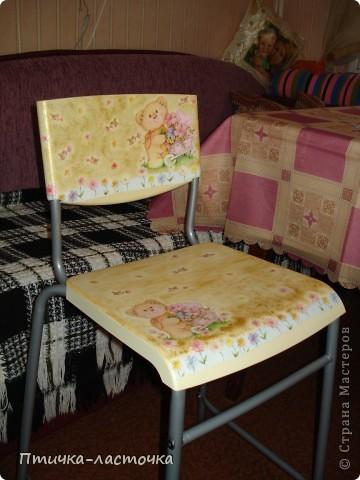 Купили обычный высокий (барный) стул из чёрного пластика....скучный такой... не удержалась - украсила декупажем.... фото 1