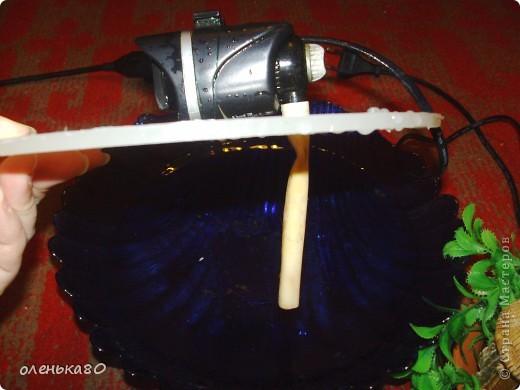 нам понадобится камешки для аквариума,емкость в данном случае у меня это большая салатница,искусственные водоросли, насос(который вставляют в аквариум),любые украшения,небольшая резиновая трубочка,подходящая по размеру для отверстия в насосе,круг из оргстекла.  фото 3